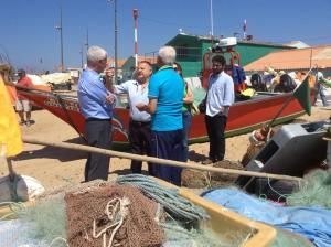 Sampaio da Nóvoa à conversa com pescadores na Praia dos Pescadores de Angeiras. (20/08/2015)